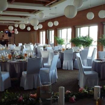 Sala weselna z przystrojonymi strojami